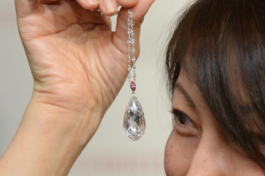 Il pendente taglio briolette venduto per 11 milioni di dollari