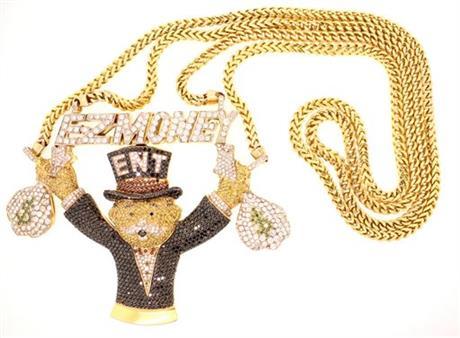 Una collana d'oro con pendente che raffigura un leone-banchiere