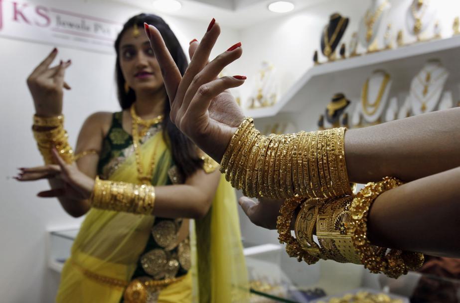 Una modella alla Hyderabad Jewelry Pearl and Gem Fair