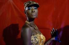 Una modella con un abito di Habib Sangare, Costa d'Avorio, aspetta dietro le quinte di percorrere la passerella dell'Hotel des Almadies, a Dakar, in Senegal