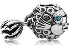 Charm pesciolino in argento con topazio blu. Prezzo: 49 euro