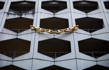 La maxi collana appesa alle finestre di un parcheggio a Dusseldorf
