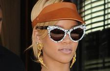 Rihanna con gli orecchini-pistola