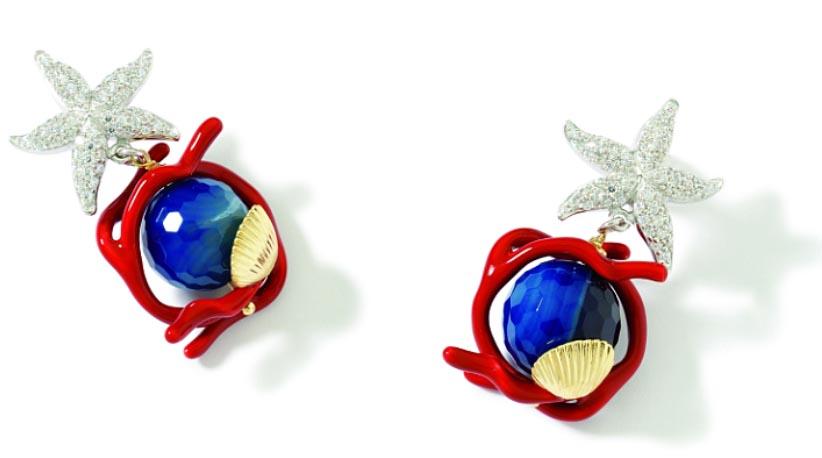 Orecchini argento placcato oro con stella marina in argento placcato oro e zirconi, smalti e agata striata blu. Prezzo:  216 euro