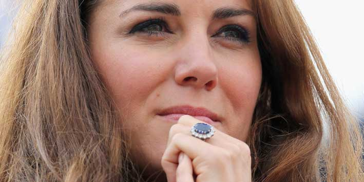 Kate con l'anello di fidanzamento appartenuto a Diana, con zaffiro centrale