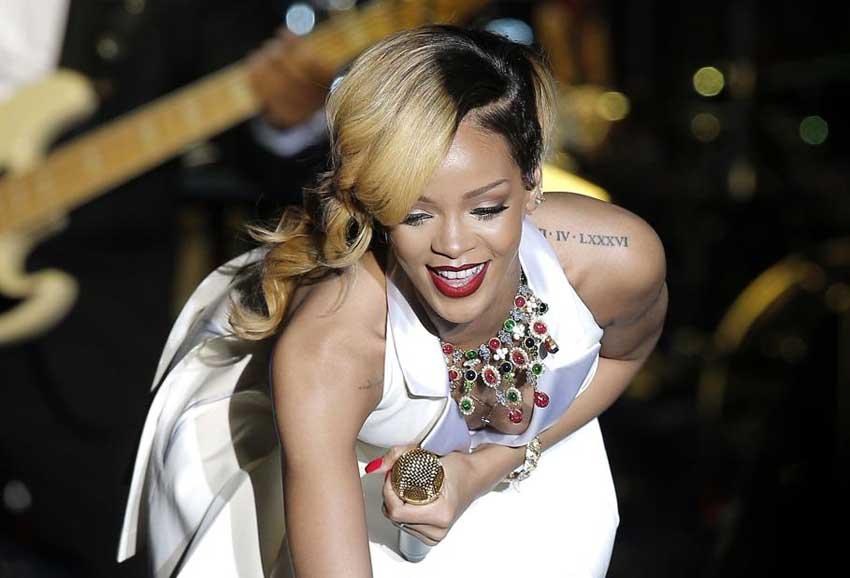 Rihanna con la nuova collana esibita nel tour Diamonds