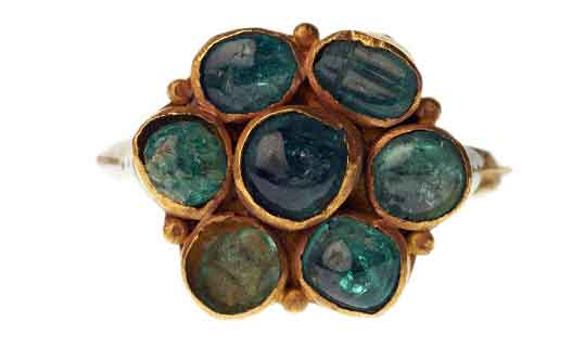 Anello con smeraldi cabochon. Photo Credit: Museum of London