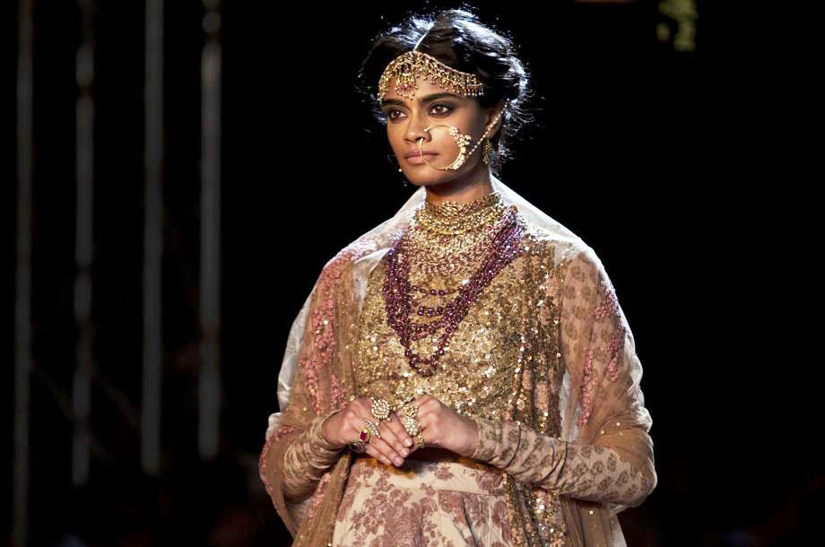 Una creazione del designer Sabyasachi durante la Delhi Couture Week a New Delhi