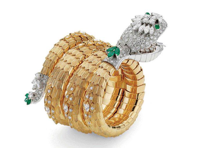 Bracciale serpenti, con un orologio incastonato nella bocca. Oro, smeraldo, diamanti. Realizzato nel 1967