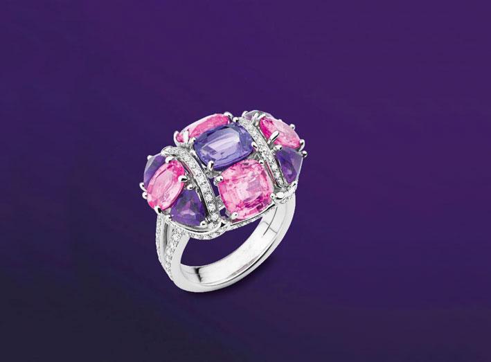 Anello Nosy della Collection Privée con zaffiro a taglio cuscino viola, zaffiri rosa, diamanti e ametiste su oro bianco