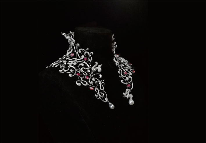 Collana in oro bianco, rubini, diamanti e perle della Medici collection