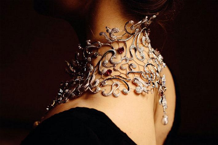 Collana di oro bianco, con 5.080 diamanti e rubini birmani. Per realizzarla ci sono volute 4.600 ore di lavorazione