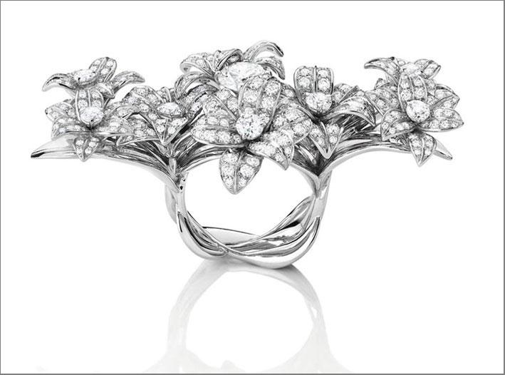 Anello in oro bianco e diamanti che copre tre dita