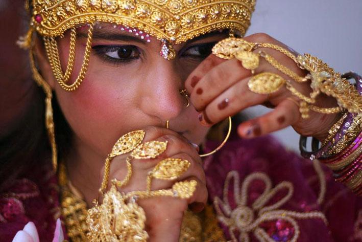 Una ragazza indiana che interpreta la dea Lakshmi