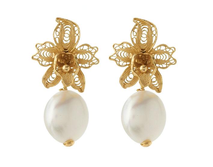 Orecchini orchidea in argento placcato oro 18 carati, zirconi bianhi e perle d'acqua dolce. Prezzo: 58 euro