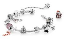 Bracciale Pandora in argento(59 euro), più charm in argento a partire da 39 euro