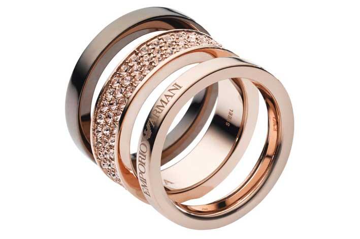 Anelli in acciaio, placcatura oro rosa, marrone. Cristalli Swarovski chiari color pesca. Prezzo: 139 euro