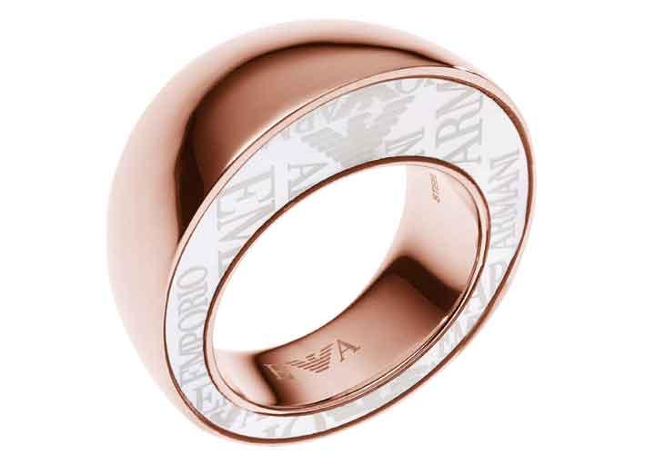 Anello in acciaio lucido placcato oro rosa 18 ct e inserto laterale in madre perla con logo. Prezzo: 159 euro