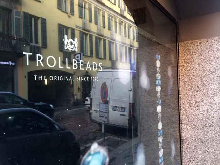 La vetrina del flagship store di via Pontaccio, a Milano