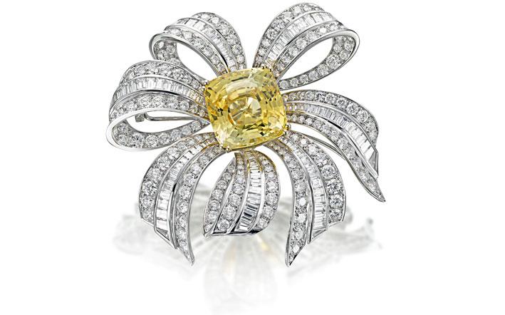 Spilla a fiocco con diamanti e zaffiro giallo al centro