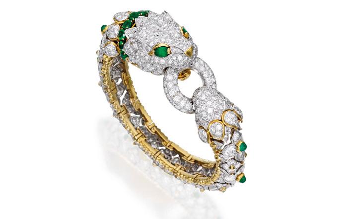 Bracciale di platino 18 carati, diamanti e smeraldi. Progettato come una tigre ornata di diamanti tondi peso di circa 29,25 carati, accentate da cabochon, rotondi e smeraldi a forma di pera del peso di circa 4.25 carati, circonferenza interna 6 ¼ pollici. Firmato David Webb, circa 1965. Stima: 59-88mila euro
