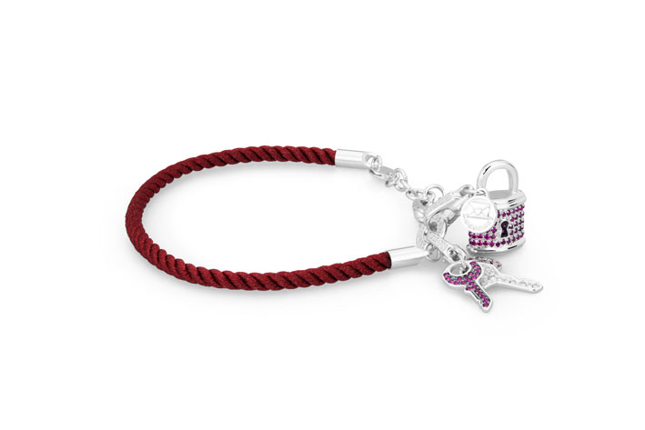 Bracciale con charm in argento con pavè di zirconi rossi e bianchi. Prezzo: 284 euro
