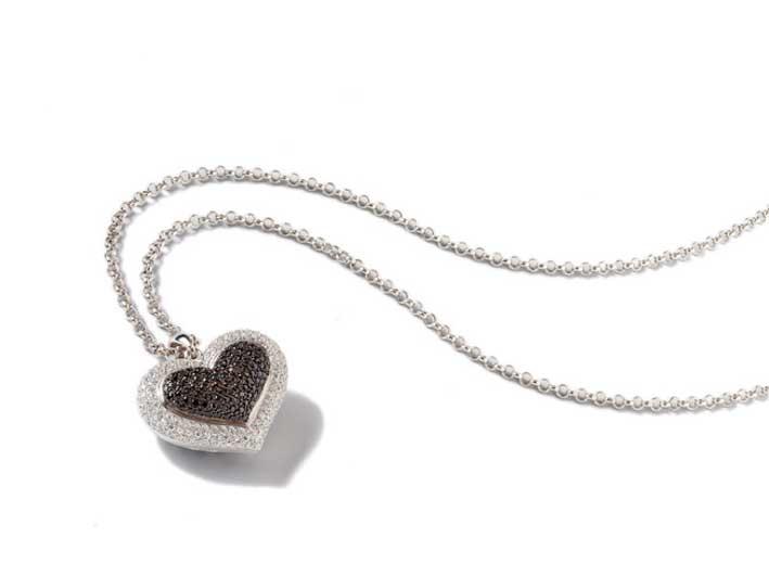 Linea Pokerface. Catena lunga in argento con pendente cuore in argento rodiato con zirconi bianchi e neri. Prezzo: 398 euro