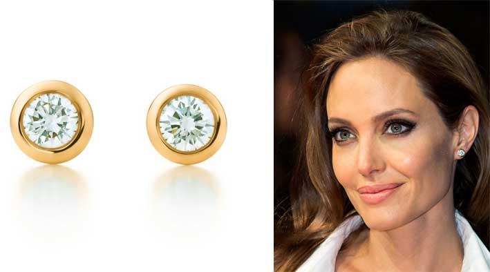 Angelina Jolie con gli orecchini in oro giallo e diamanti di Tiffany. Il prezzo va dai 700 ai 2.500 euro, secondo i carati