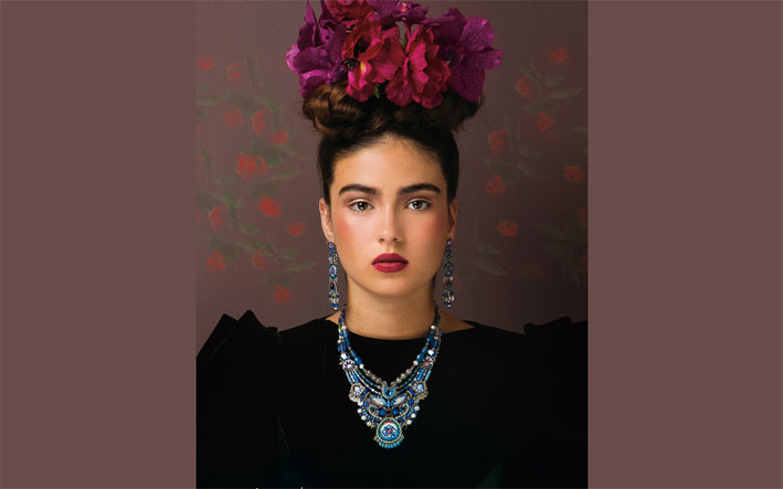 Modella in stile Frida Kahlo