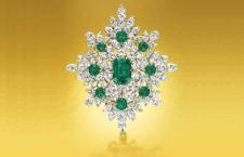 Spilla a forma di losanga, la placca di centratura su uno smeraldo taglio «cuscino» modificato, del peso di circa 7.77 carati, con smeraldi e diamanti. firmato Van Cleef & Arpels, N.Y., no. 1865 S.O. (Ordine speciale), 1967. Stima: 250.000- 350.000 dollari
