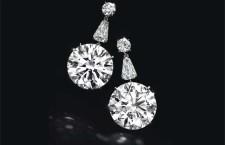 Orecchini con un diamante taglio circolare, del peso di circa 22,60 e 22,31 carati, e diamanti a forma di scudo, montati in platino. Stima: 7-10 milioni dollari