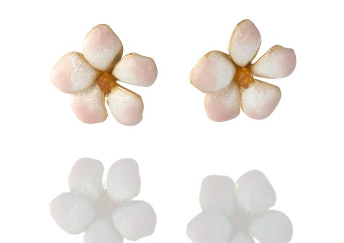 Orecchini in argento placcato oro 18kt con fiori in argento placcato oro 18kt e smalto rosa shining. Prezzo: 108 euro