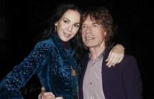 L'Wren Scott con Mick Jagger. Al dito della mano sinistra l'anello con diamante