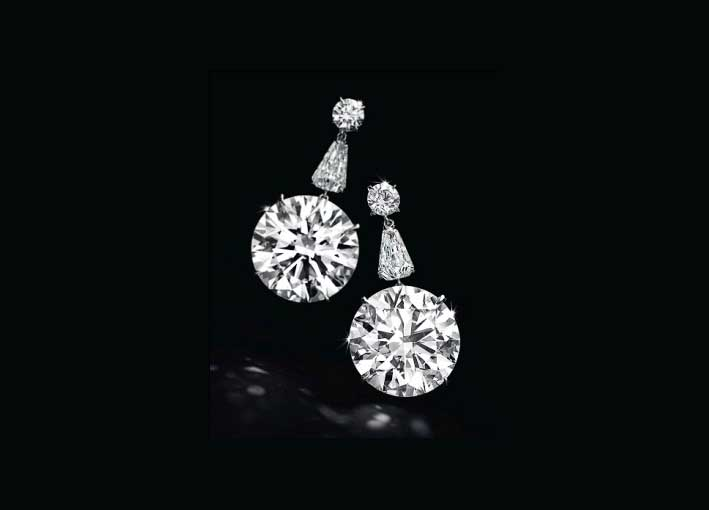 Orecchini con diamanti a taglio circolare colore D, privi di inclusioni, di 22,60 e 22,31 carati, venduti per 8,565 milioni dollari