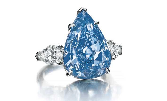 The Blue è montato su un anello con due carati al fianco da circa 1 carato l'uno