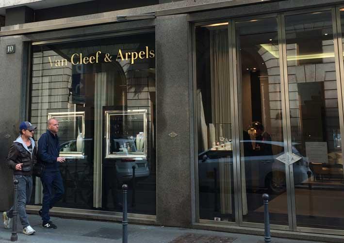 La boutique Van Cleef & Arpels in via Verri, a Milano