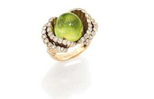 Anello con peridodto e diamante frou-frou. Firmato Boucheron. Stima: 3.600-6.000 euro