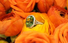Anello con grosso diamante fancy verde