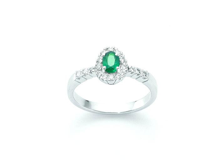 Miluna. Anello della collezione Smeraldo in oro bianco, 18 diamanti taglio brillante rotondo e smeraldo ovale taglio sfaccettato 0,31 carati.  Prezzo 1.198  euro
