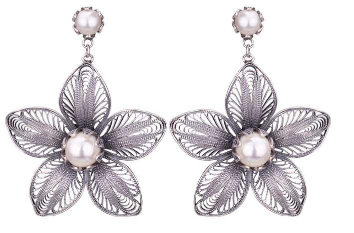 Orecchini con perle. Prezzo: 455 euro