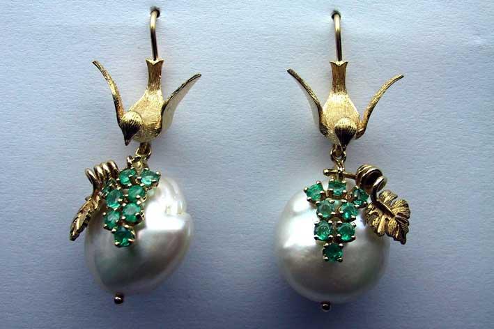 Orecchino in  oro giallo 14KT con smeraldi e perle
