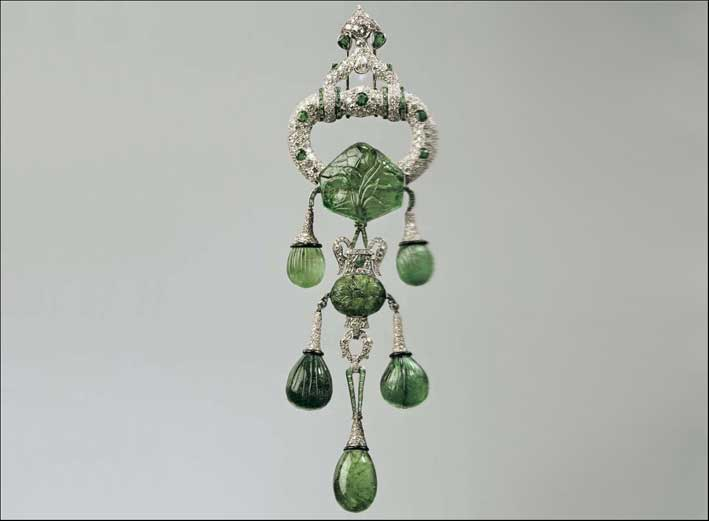 Spilla di smeraldi indiani intagliati