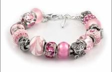 Bracciale in argento con beads di diverso colore. Prezzo consigliato: 299 euro
