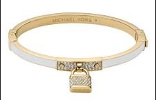 Bracciale in acciaio lucido Gold Ip e smalto bianco, con pavè di cristalli bianchi e pendente a forma di lucchetto in acciaio Gold Ip con pavè di cristalli bianchi. Prezzo: 129 euro