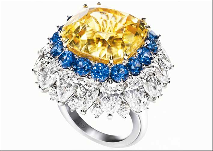 Anello con diamante giallo e zaffiri by Harry Winston