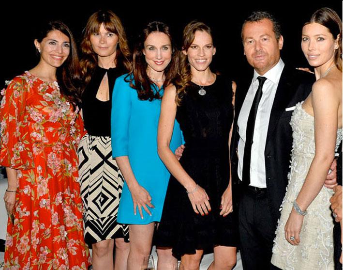 Il presidente di Tiffany Frederic Cumenal con Caterina Murino, Marina Hands, Elsa Zylberstein, HilarySwank e Jessica Biel al gala per l'opening della boutique di Parigi