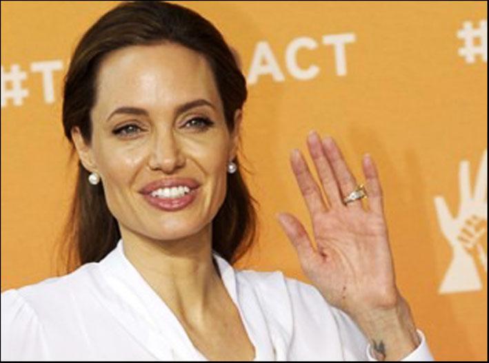 Angelina Jolie con l'anello di fidanzamento