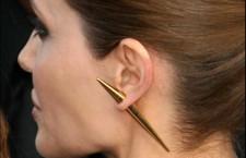Angelina Jolie con orecchino a stiletto