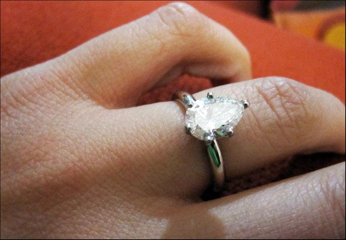 Anello con diamante taglio a pera