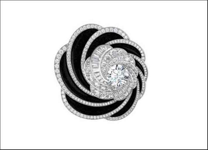 De Beers, collezione Aria, anello con un diamante taglio brillante centrale circondato da diamanti taglio brillante e baguette e pavé di avventurina